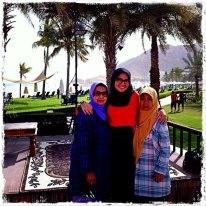 Istri, mama dan tante di halaman hotel