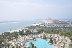Kolam Renang Hotel diatas Pulau Buatan Palm
