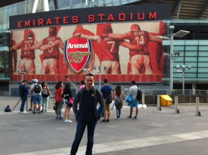 Di depan Emirates Stadium.. Homeground klub Arsenal