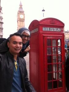 Mejeng di depan telpon umum khas London