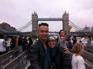Di atas kapal yang berlayar di sungai thames dengan latar belakang Tower Bridge