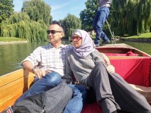 Naik perahu mengelilingi kampus Cambridge University, universitas tertua di Inggris raya